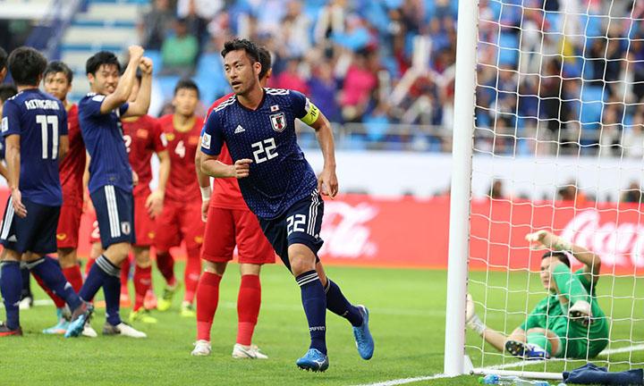 Yoshida đưa được bóng vào lưới Việt Nam giữa hiệp một nhưng không được công nhận bởi VAR. Ảnh: Anh Khoa.