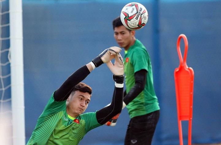 Văn Lâm chơi ngày càng hay ở Asian Cup 2019. Sự liên lạc giữa anh và các đồng đội nơi hàng thủ ngày càng tốt hơn. Ảnh: Anh Khoa.