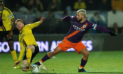 Burton (áo vàng) trở thành chứng nhân cho thắng lợi chung cuộc đậm nhất của Man City ở bán kết Cup Liên đoàn.