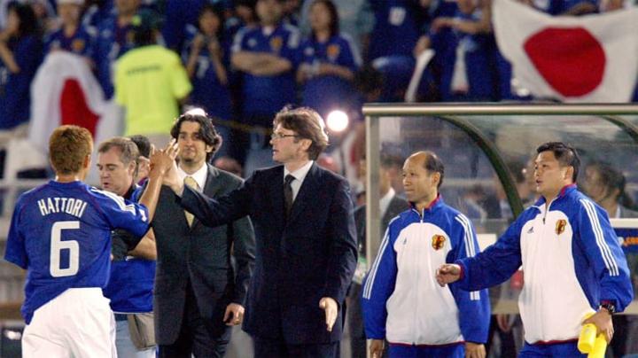 Troussier (áo vest đen) tạo ra bước ngoặt cho bóng đá Nhật Bản, với chức vô địch Asian Cup 2000.