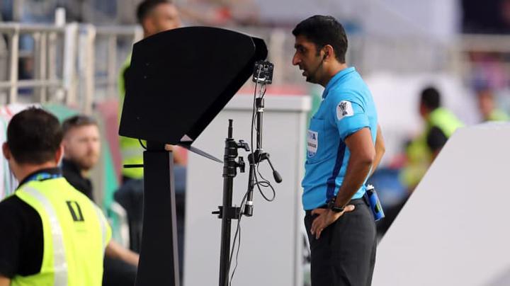 Trọng tài dùng công nghệ VAR, xem lại băng hình trước khi ra quyết định thổi phạt 11m với Việt Nam. Ảnh: AFC