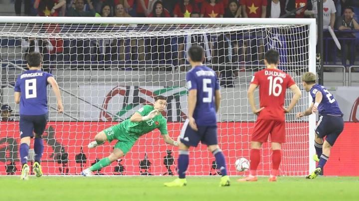 Văn Lâm có trận đấu xuất sắc, nhiều lần bay người cứu thua cho tuyển Việt Nam. Ảnh: Đức Đồng