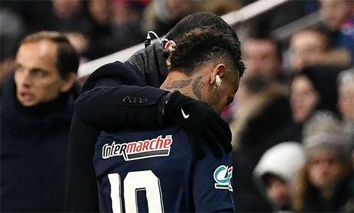 Neymar một lần nữa chấn thương khi mùa giải bước vào giai đoạn then chốt. Ảnh: Reuters
