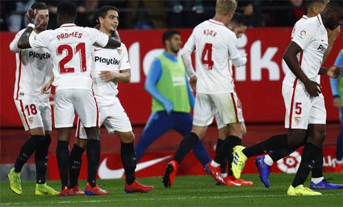 Luis Suarez khởi động ngoài sân và chứng kiến Sevilla vượt lên. Ảnh: Reuters