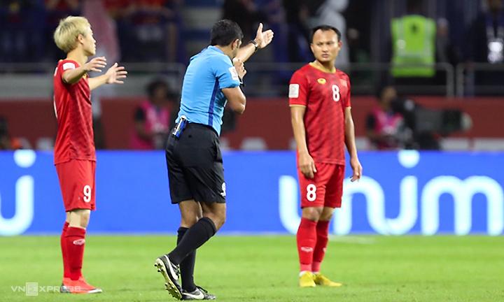 Hai quyết định dùng VAR của trọng tài ảnh hưởng trực tiếp đến kết quả trận đấu. Ảnh: Đức Đồng.