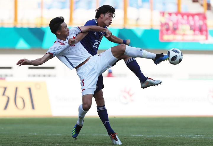 Đoàn Văn Hậu tranh chấp bóng, trong trận thắng Nhật Bản ở Asiad 2018. Ảnh: Đức Đồng.