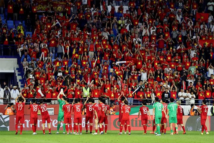 Bóng đá Việt Nam liên tục làm nức lòng người hâm mộ trong vòng một năm qua.