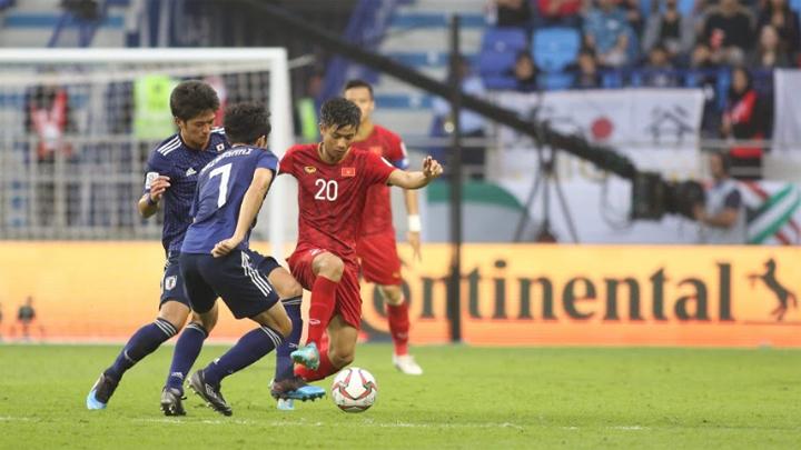 Phan Văn Đức đi bóng trong sự đeo bám quyết liệt của các cầu thủ Nhật Bản. Ảnh: Đức Đồng.