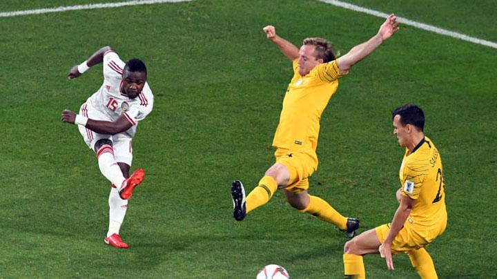UAE (áo trắng) thành công với đấu pháp phòng ngự phản công. Ảnh: AFC.