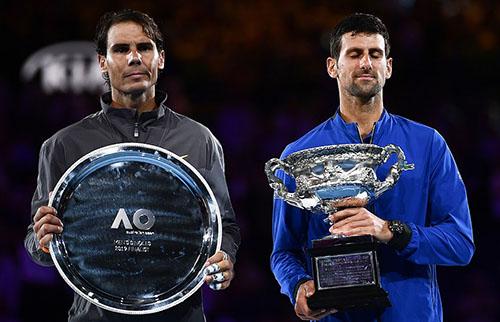 Nadal (trái) vẫn giữ nguyên nét mặt bần thần khi thua chóng vánh trước Djokovic. Ảnh: Reuters.
