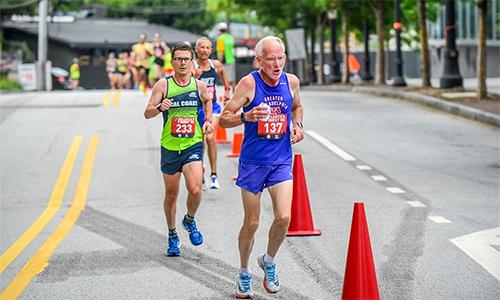 Gánh nặng tuổi tác không làm giảm đi niềm đam mê của Gene Dykes (số bib 137) với chạy bộ.