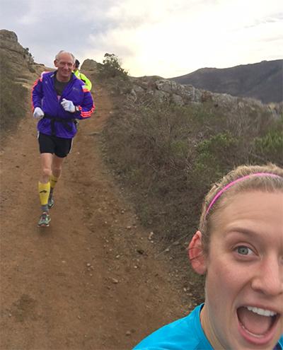 Dykes trong một lần chạy trail tập luyện cùng các bạn bè là VĐV đáng tuổi cháu của ông.