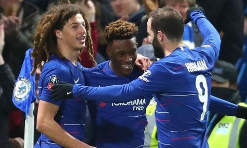 Higuain chia vui cùng Hudson-Odoi sau bàn thắng thứ hai của Chelsea. Ảnh: AFP.
