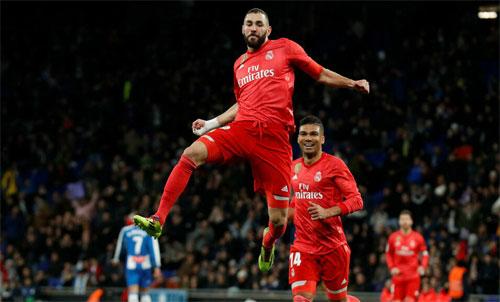 Benzema hưởng lợi từ hàng tiền vệ mạnh mẽ. Ảnh: Reuters