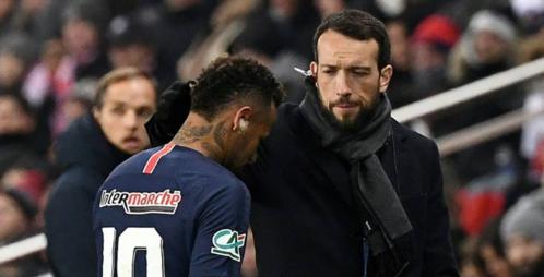 Neymar buồn bã rời sân sau khi bị chấn thương. Ảnh:AFP.