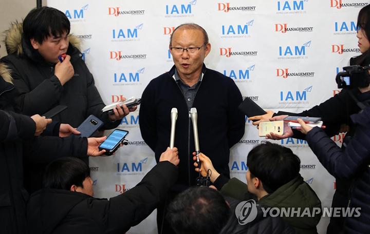 Ông Park trả lời truyền thông Hàn Quốc ở sân bay Incheon.