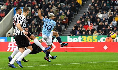 Pha làm bàn ở giây 24 của Aguero là bàn thắng được ghi nhanh nhất tại Ngoại hạng Anh mùa này. Đây cũng là bàn nhanh nhất của Man City ở Ngoại hạng Anh kể từ sau lần Jesus Navas làm tung lưới Tottenham ngay giây thứ 13 hồi tháng 11/2013.