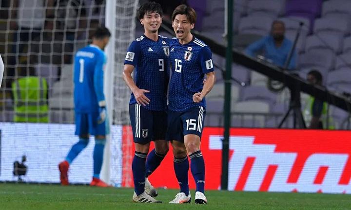 Minamino (trái) trừng phạt sai lầm của hàng thủ Iran vàmở ra chiến thắng cho Nhật Bản. Ảnh: Fox.