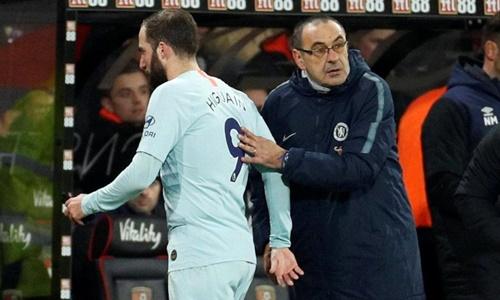 Higuain và ông thầy Sarri bị ném đá tơi bời sau trận thua Bournemouth. Ảnh: PA.