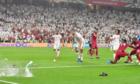 AFC điều tra CĐV UAE ném giày vào cầu thủ Qatar