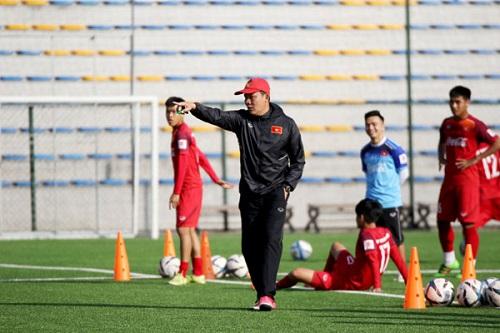 Huấn luyện viên Nguyễn Quốc Tuấn đang tích cực chuẩn bị cho các cầu thủ tập luyện.