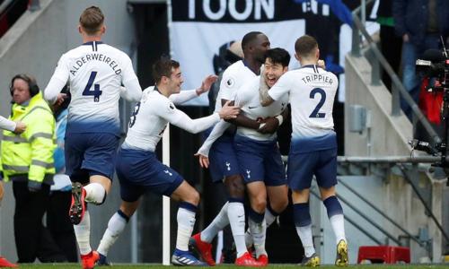 Son (thứ hai từ phải sang) mừng bàn thắng thứ 10 ở Ngoại hạng Anh 2018-2019. Ảnh: Reuters.
