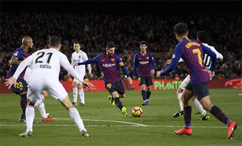 Cú sút chân trái đầy uy lực và tính bất ngờ của Messi. Ảnh: Reuters