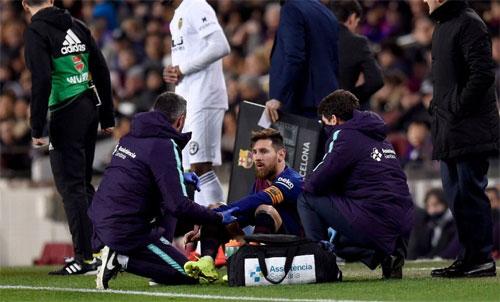 Messi phải ra ngoài điều trị trước khi trở lại chơi hết trận. Ảnh: Reuters