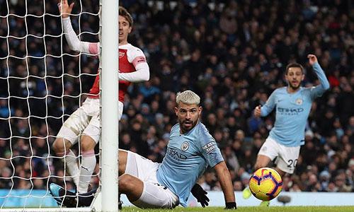 Aguero để bóng chạm tay trước khi hoàn tất hat-trick vào lưới Arsenal. Ảnh: PA.