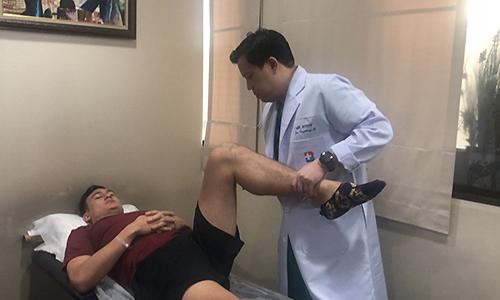 Văn Lâm trong cuộc kiểm tra sức khoẻ với tiến sỹ Pornthep sáng nay. Ảnh: Siamsport.