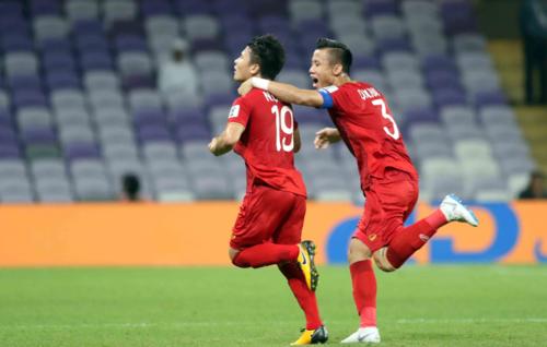 Quang Hải (trái) mừng bàn thắng cùng đồng đội. Ảnh: Anh Khoa.