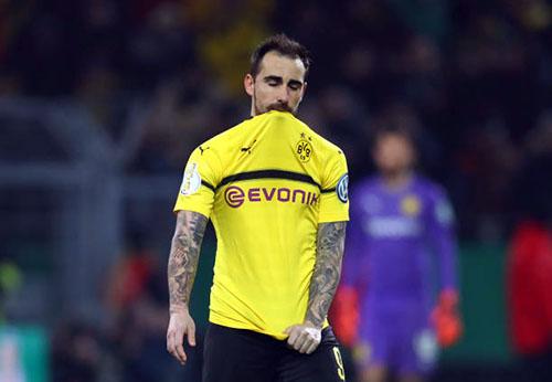 Alcacer buồn bã khi sút hỏng quả luân lưu đầu tiên cho Dortmund. Ảnh: Reuters.