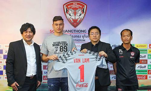 Văn Lâm nhận áo số 1 trong lễ mắt. Ảnh: ThaiLeague.