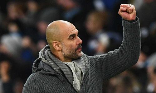 Guardiola vui mừng khi các học trò vượt qua khó khăn để chiếm ngôi đầu bảng. Ảnh: AFP.