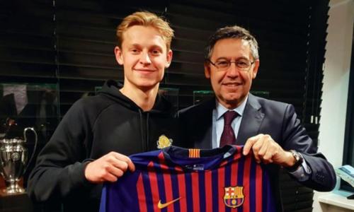 De Jong trong lễ ký hợp đồng với Barca. Ảnh:EPA.