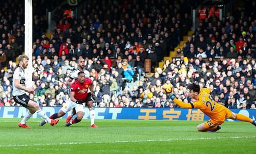 Martial thực hiện pha độc diễn cá nhân ghi bàn thắng thứ hai cho Man Utd. Ảnh:AFP.