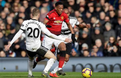 Martial có pha dốc bóng kỹ thuật qua các hậu vệ Fulham. Ảnh:AP.