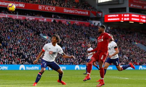 Wijnaldum ghi bàn thắng đẹp mắt bằngmột cú tâng bóng. Ảnh:Reuters.
