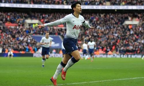 Son Heung-min chia vui sau khi ghi bàn thứ ba cho Tottenham. Ảnh: AFP.