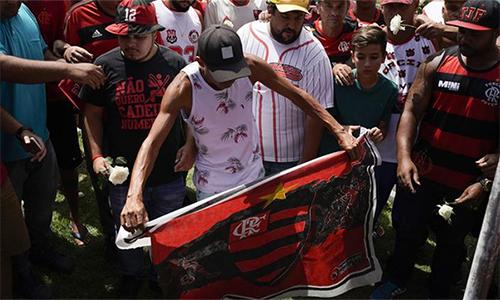 CĐV Flamengo và người thân của các nạn nhân tưởng niệm những tài năng trẻ xấu số. Ảnh: AP.