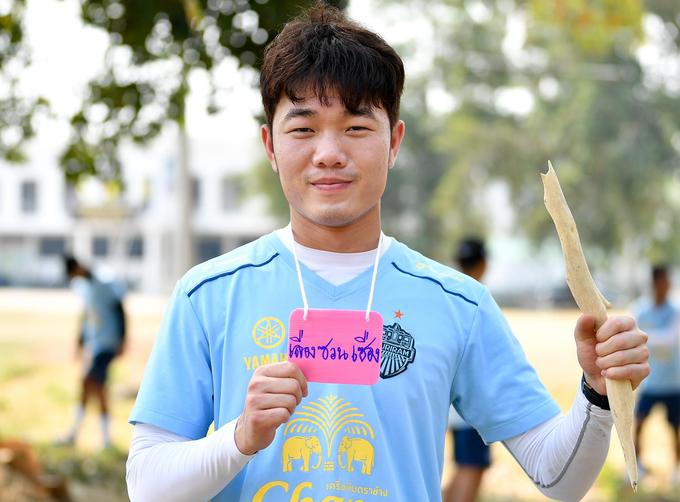 Lương Xuân Trường tươi cười trong buổi tập đầu tiên ở Thái Lan