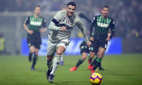 Ronaldo đua tốc độ cùng cầu thủ Sassuolo. Ảnh: Reuters.