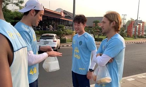 Xuân Trường trò chuyện cùng hai đồng đội mới trong buổi tập đầu tiên tại Buriram United. Ảnh: Buriram.