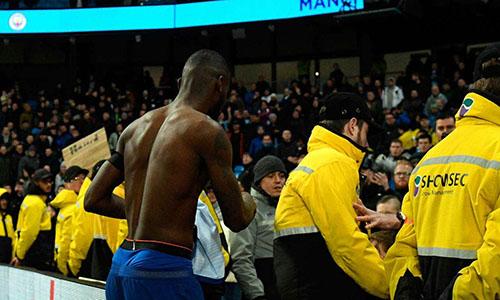Nhân viên an ninh sân Etihad vất vả kéo Rudiger khỏi đám đông CĐV Chelsea. Ảnh: PA.