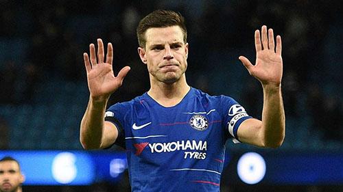 Azpilicueta xin lỗi người hâm mộ Chelsea sau trận thua đậm Man City. Ảnh: PA.
