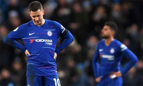 Hazard và đồng đội phải cúi đầu rời sân. Ảnh: Reuters