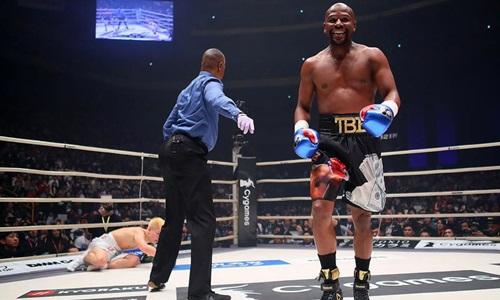 Mayweather (phải)dễ dàng hạ knock-out Nasukawa trong vòng hai phút. Ảnh: Reuters.