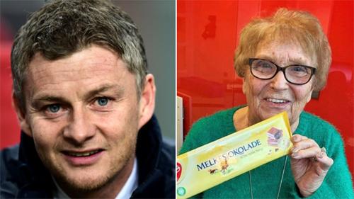 Bà Kath Phipps khoe socola nhận được từ Solskjaer. Ảnh: Sportbible.