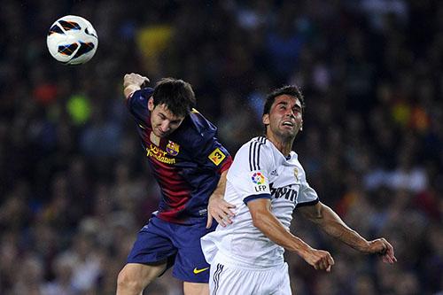 Arbeloa (phải) tranh bóng với Messi. Ảnh: Reuters.