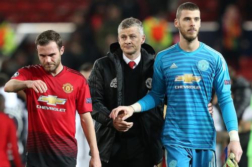 Vẻ mặt thất vọng của Solskjaer và học trò sau trận thua PSG. Ảnh:AFP.